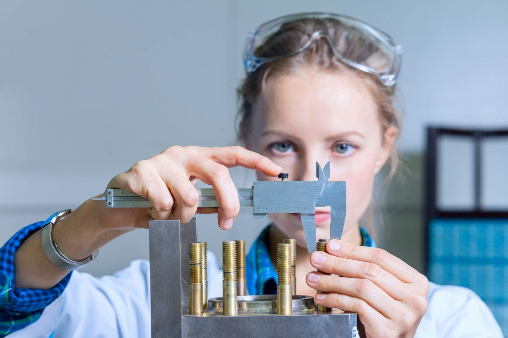 Woman engineer measures the size of the device in the modern lab © Joe-L / stock.adobe.com